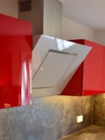 Hochglanzküche mit roten Oberschränken