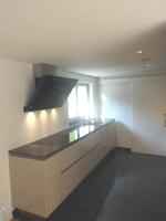 Einbauküche mit kopffreier Wandhaube
