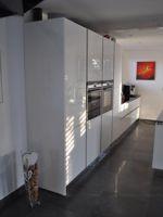 Designküche mit Glasfronten
