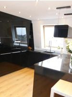 Designküche mit schwarzen Glasfronten